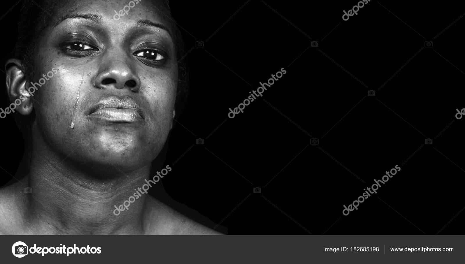 Негритянка плачет