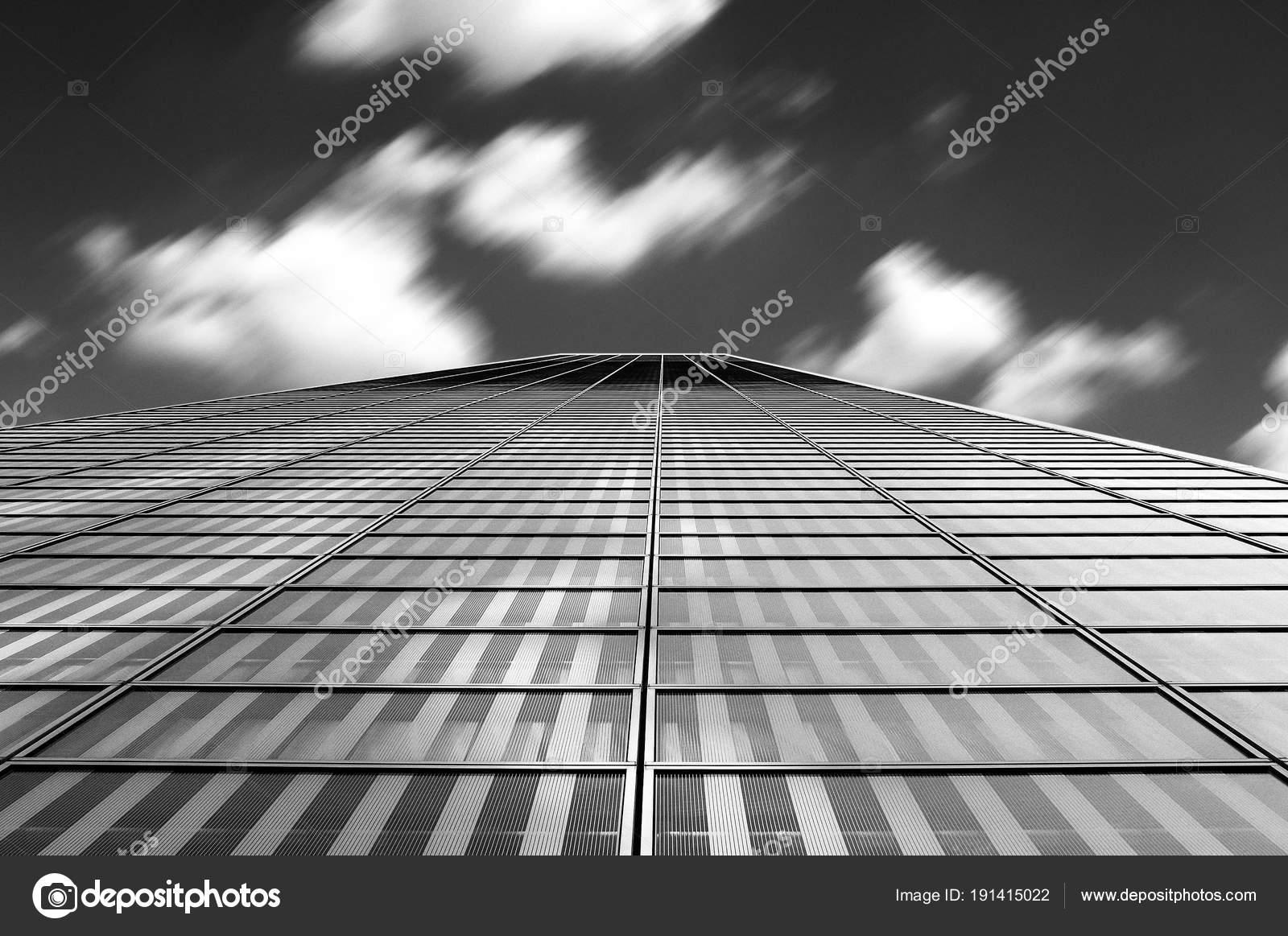 Architettura moderna astratto con le nubi in movimento mosso