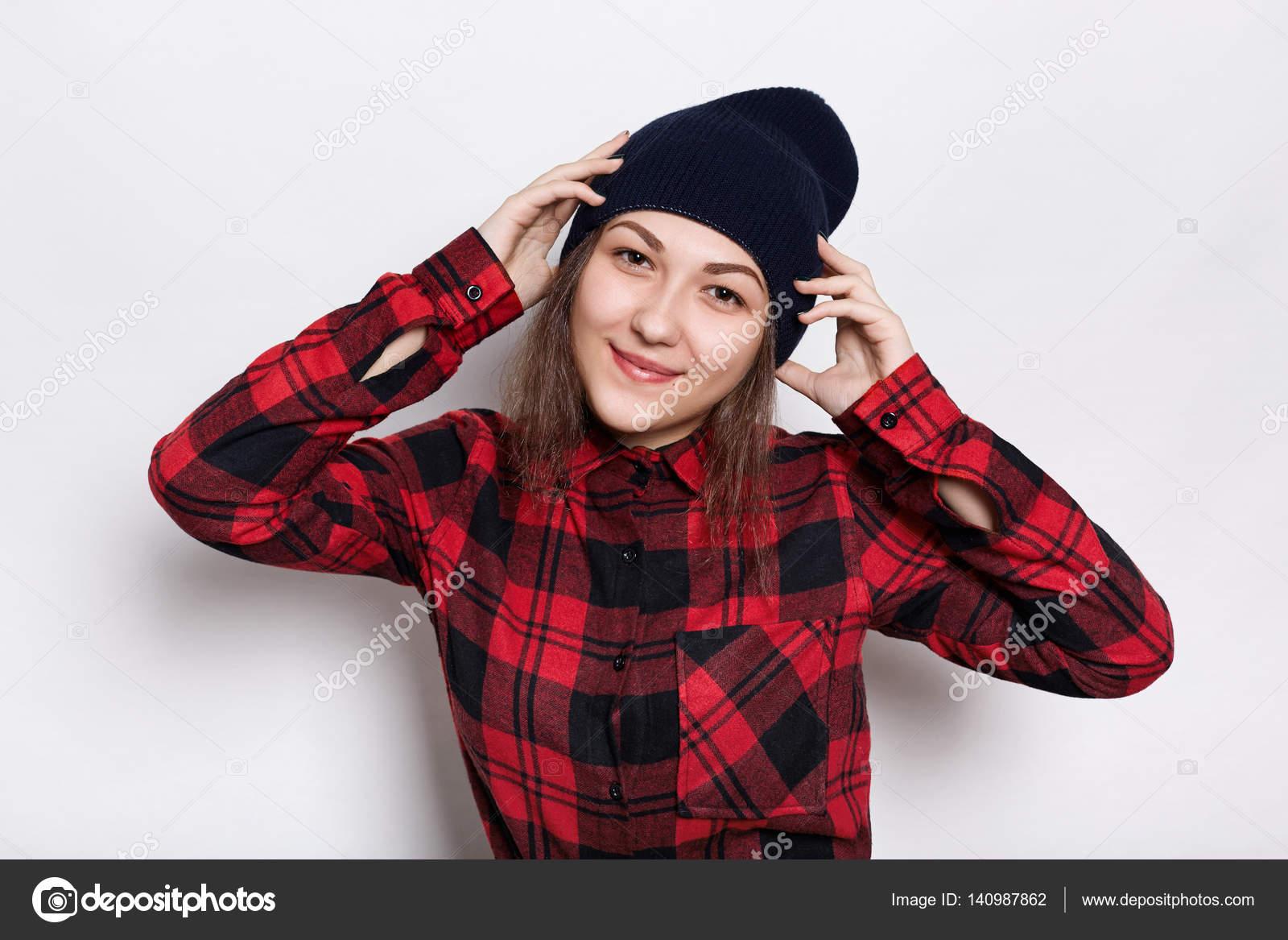 82e7e2f08a Hipster dziewczyna w stylowej czapce ubrany w czerwony kraciastej koszuli o  wyrażenie zadowolony