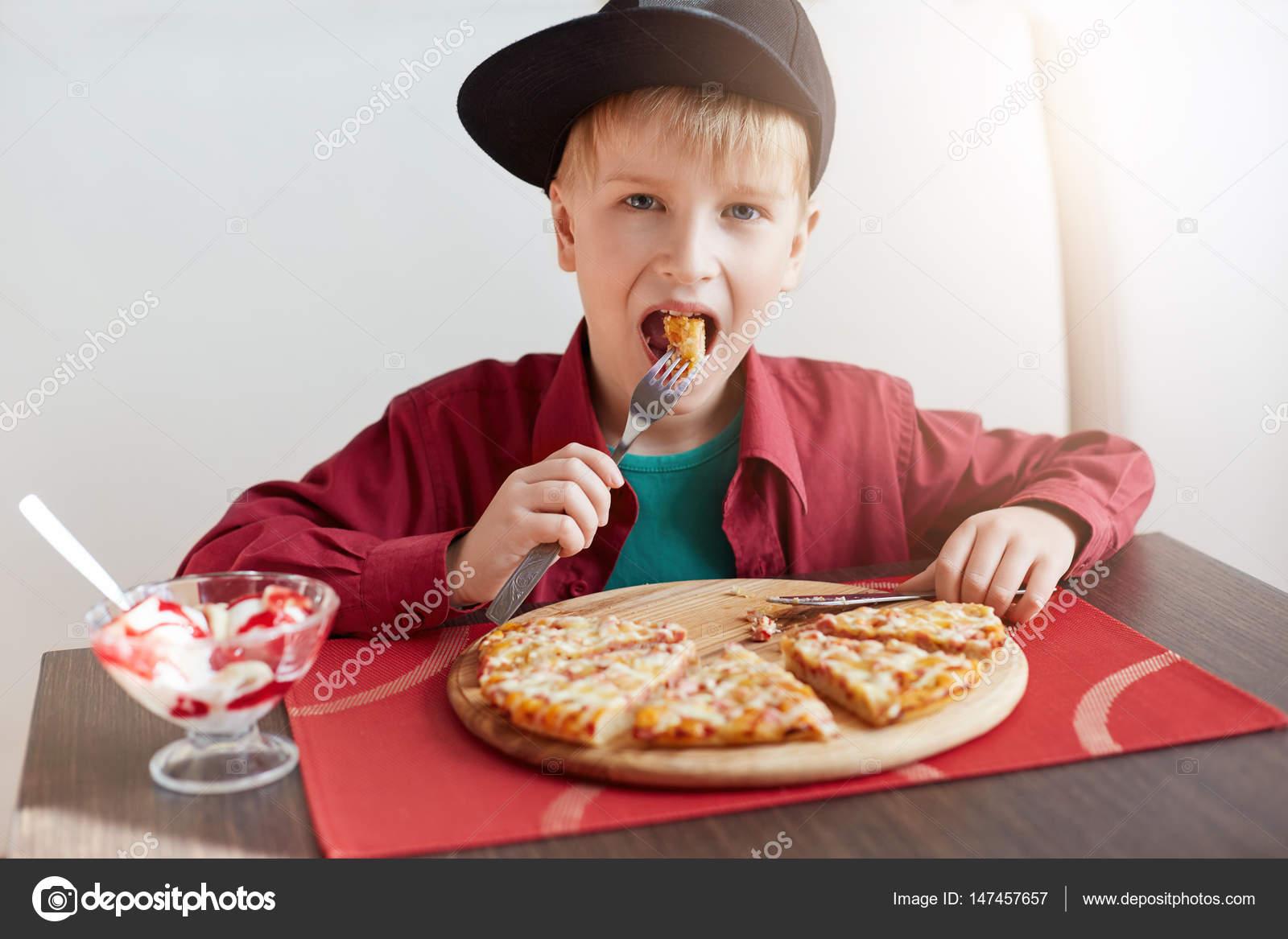 Doce E Adorável Criança, Rapaz Elegante Boné E Camisa