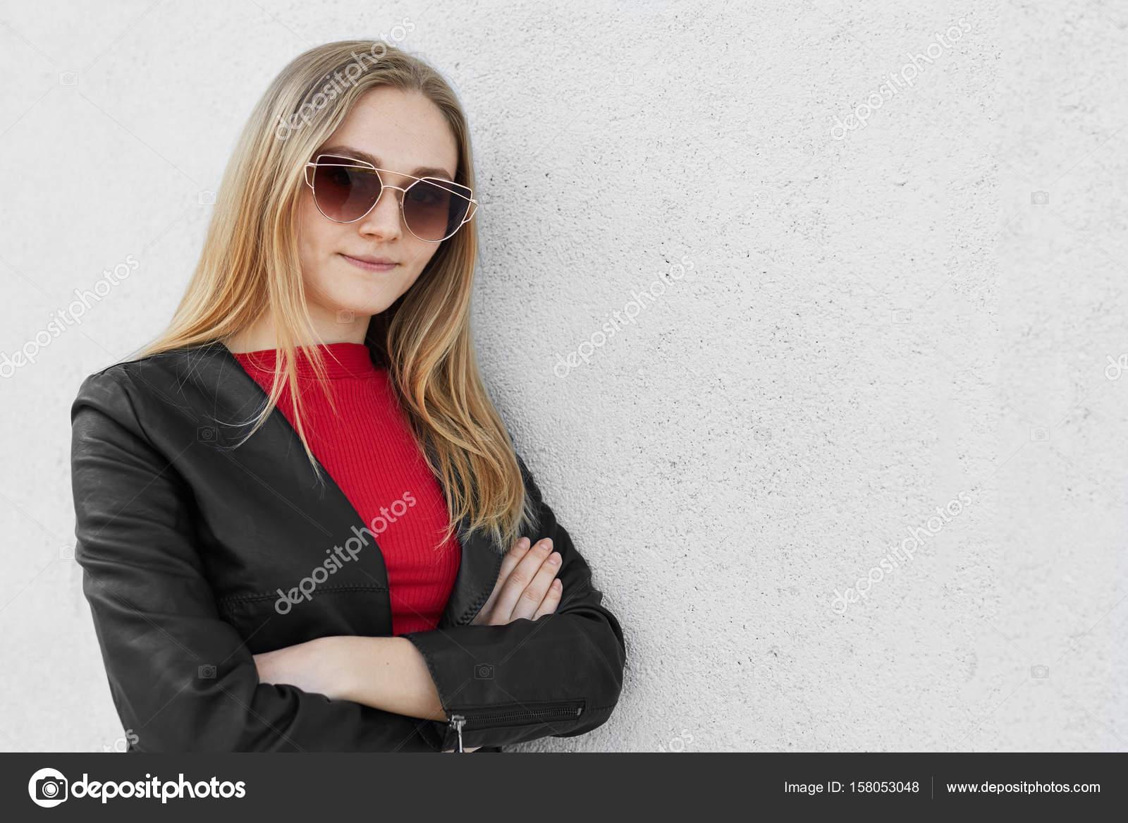 garantie de haute qualité vêtements de sport de performance achats Portrait d'une femme belle cool lunettes de soleil, debout ...