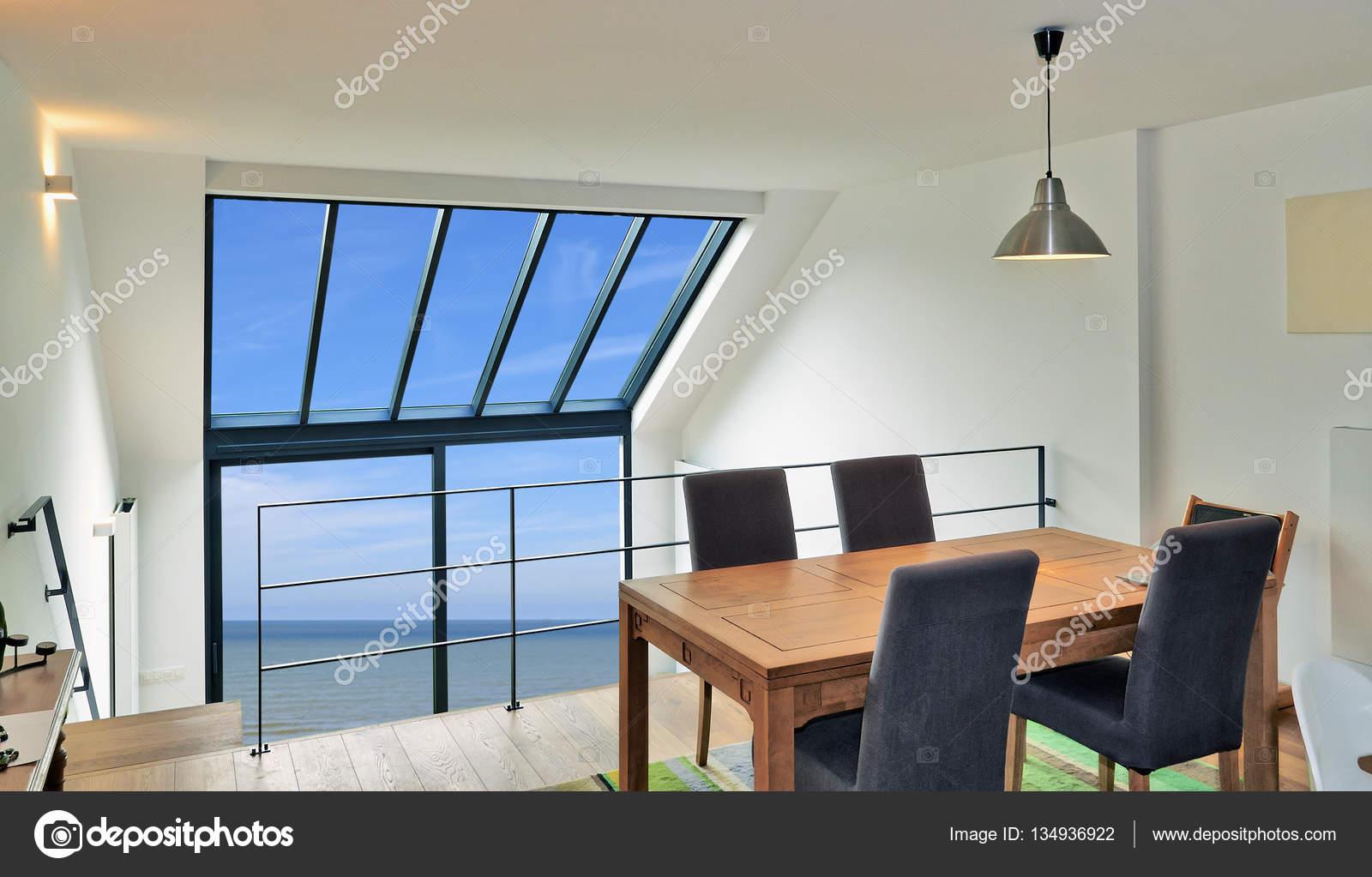 Tavoli Da Pranzo Grandi.Tavolo Da Pranzo In Duplex Moderno Con Grandi Finestre Foto Stock