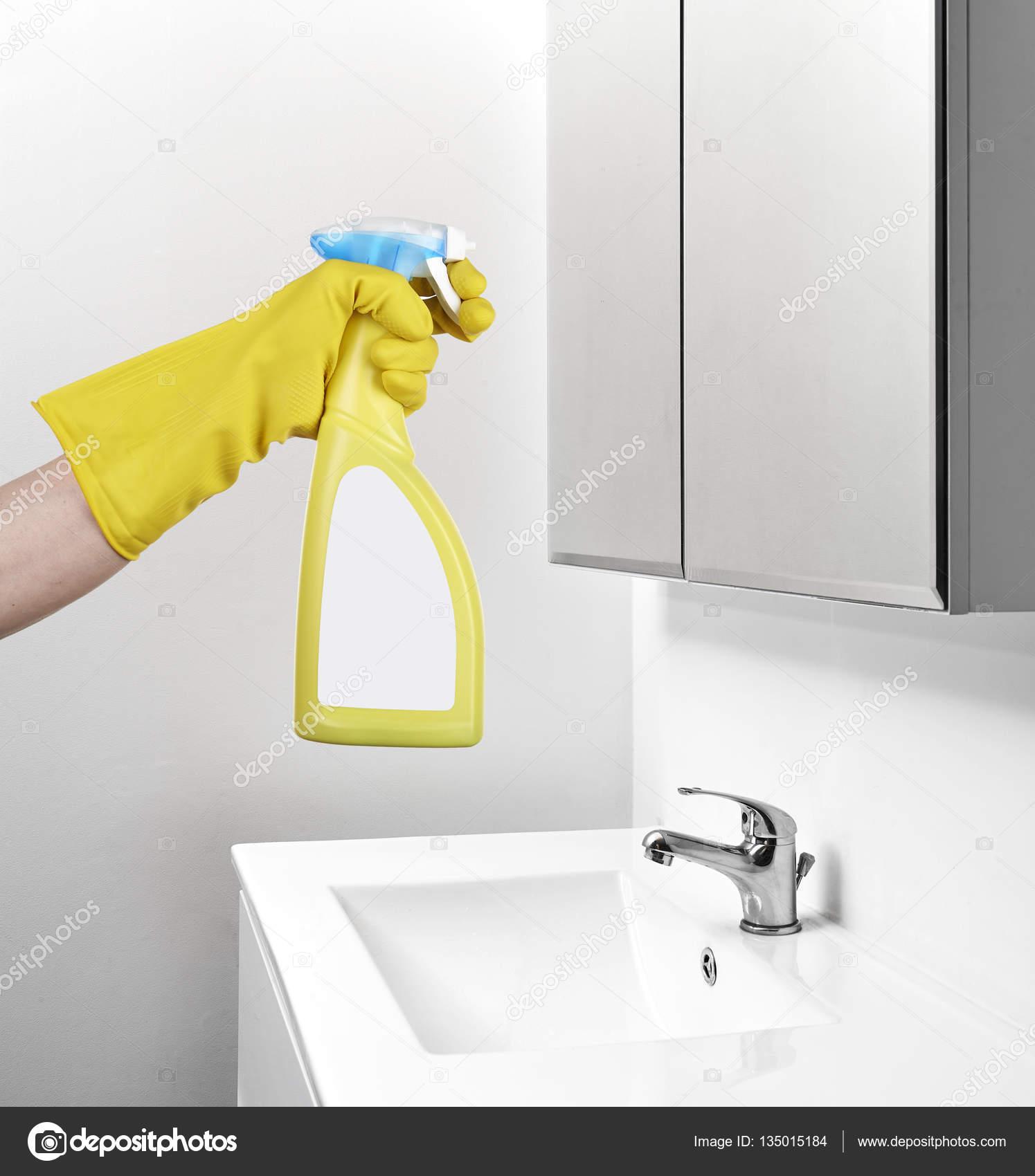 Spiegel in de badkamer schoonmaken — Stockfoto © Bombaert #135015184