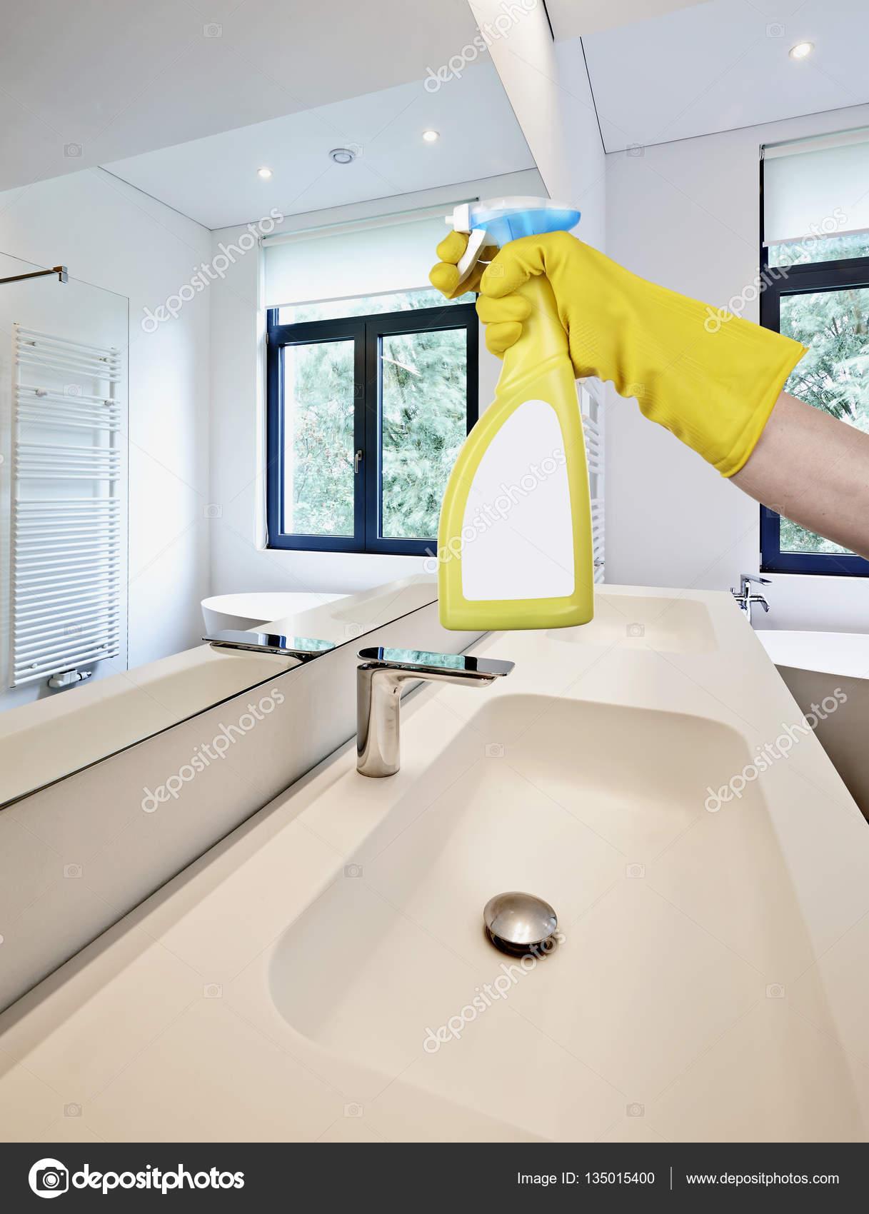 Spiegel in de badkamer schoonmaken — Stockfoto © Bombaert #135015400