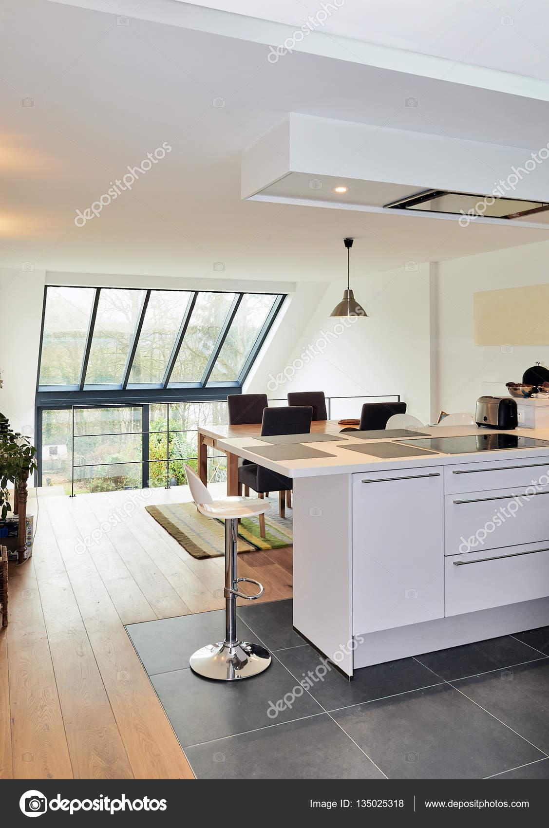 Cuisine ouverte moderne dans maison rénovée — Photographie Bombaert ...
