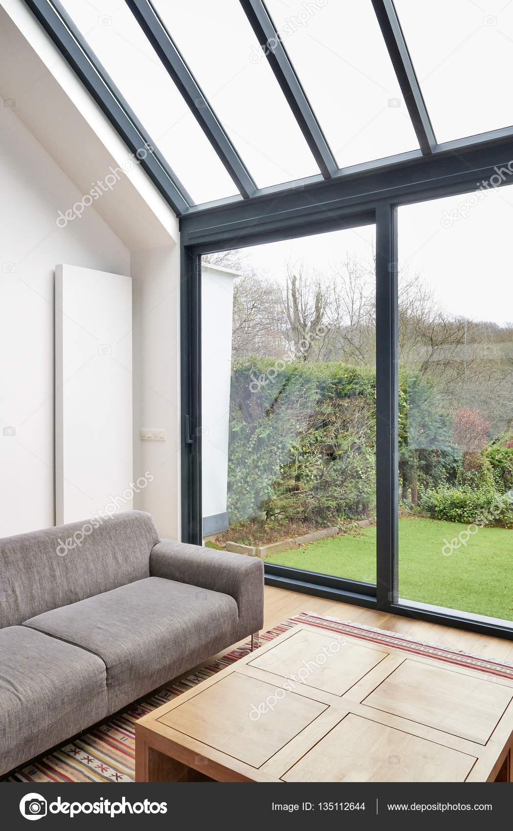 Moderno living comedor con grandes ventanales foto de for Ventanales living comedor