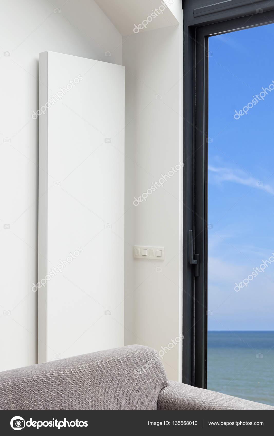 Moderne en design verticale radiator in de hoek van de levende ...