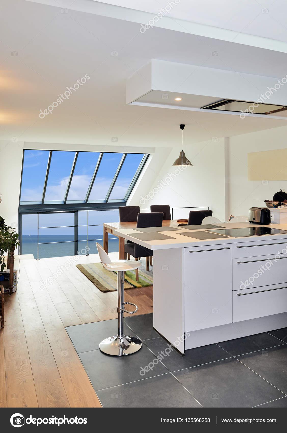 Moderne offene Küche in renovierten Haus — Stockfoto ...