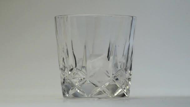 Sklenice whisky a ledu, samostatný