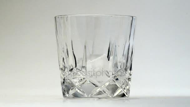 pohár whiskey és a jég