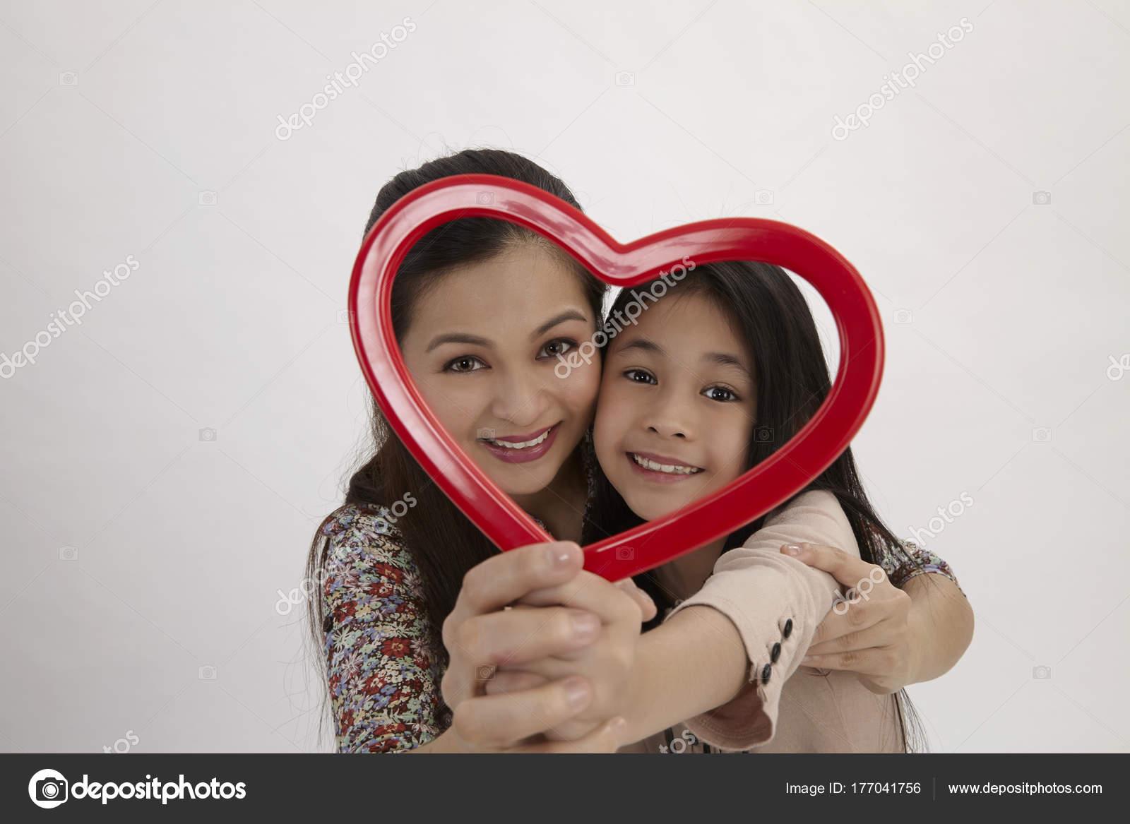 Malaiische Mutter Und Tochter Hält Einen Rotes Herz Form ...