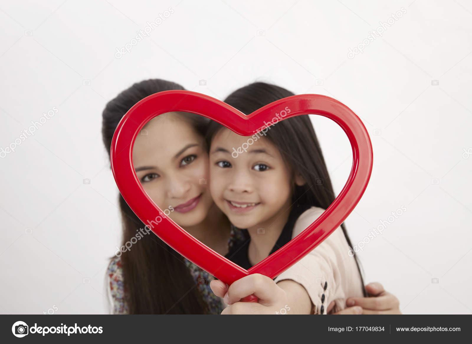 Malay Madre Hija Con Marco Imagen Forma Corazón Rojo Frente — Fotos ...
