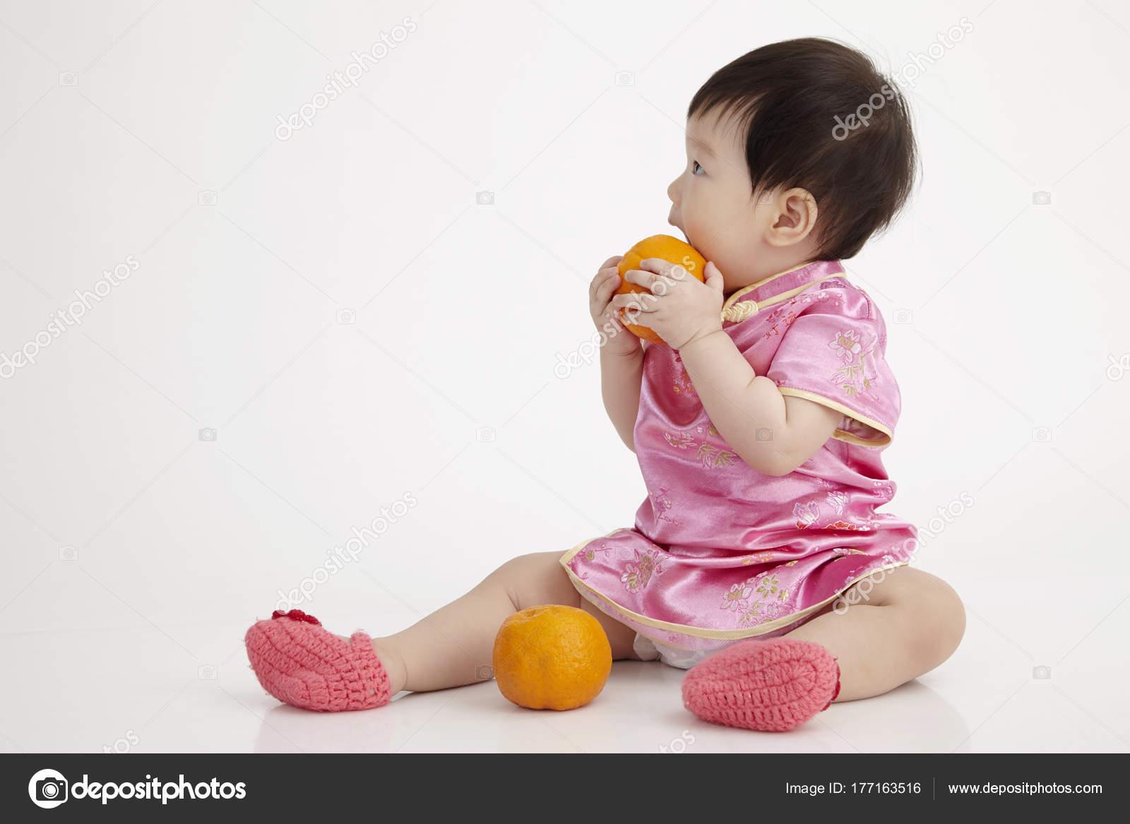 Bebé Chino Con Cheomgsam Con Una Mandarina Naranja — Fotos de Stock ...