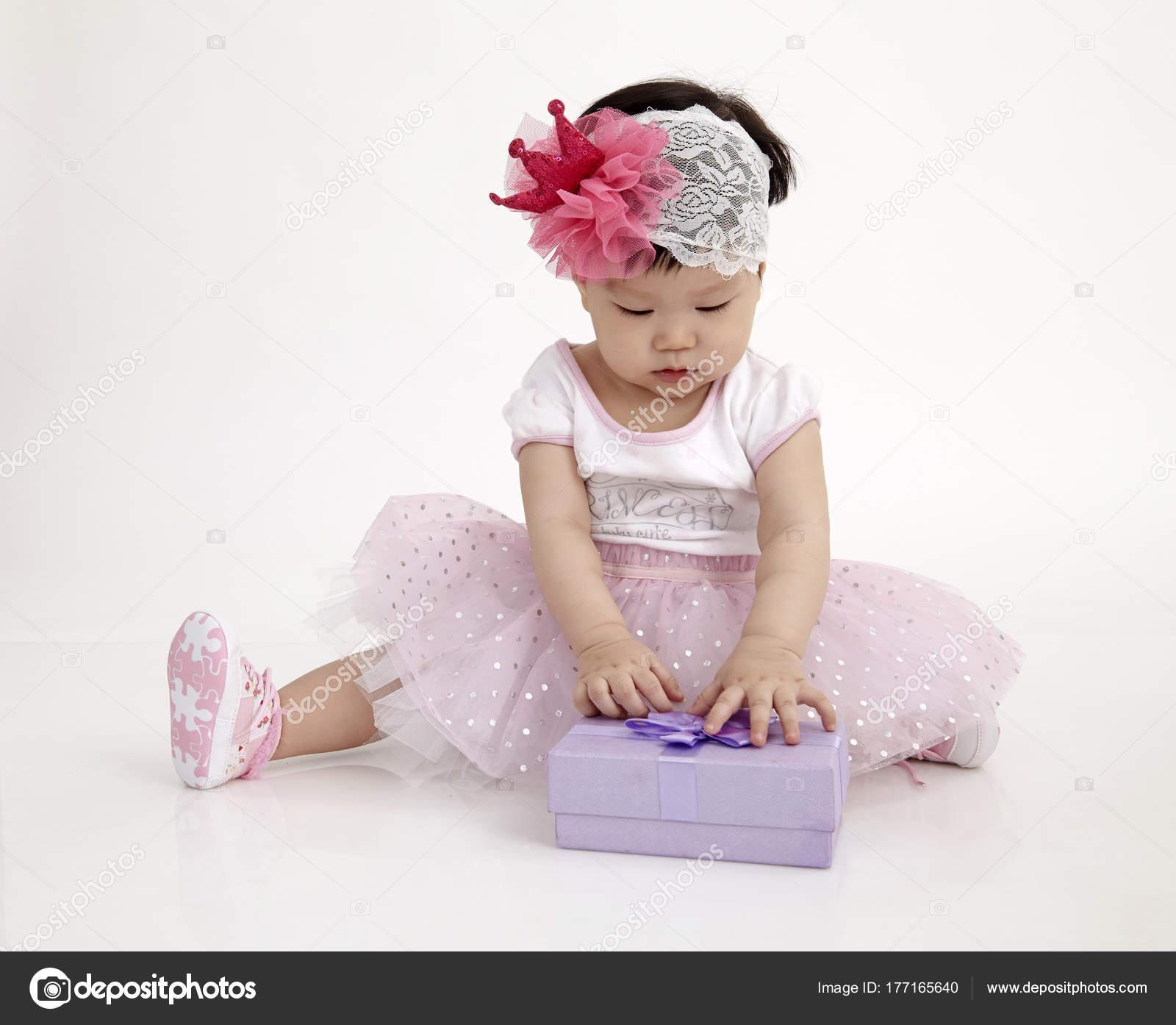 Chinese Baby Wearing Party Dress Purple Gift Box — Stock