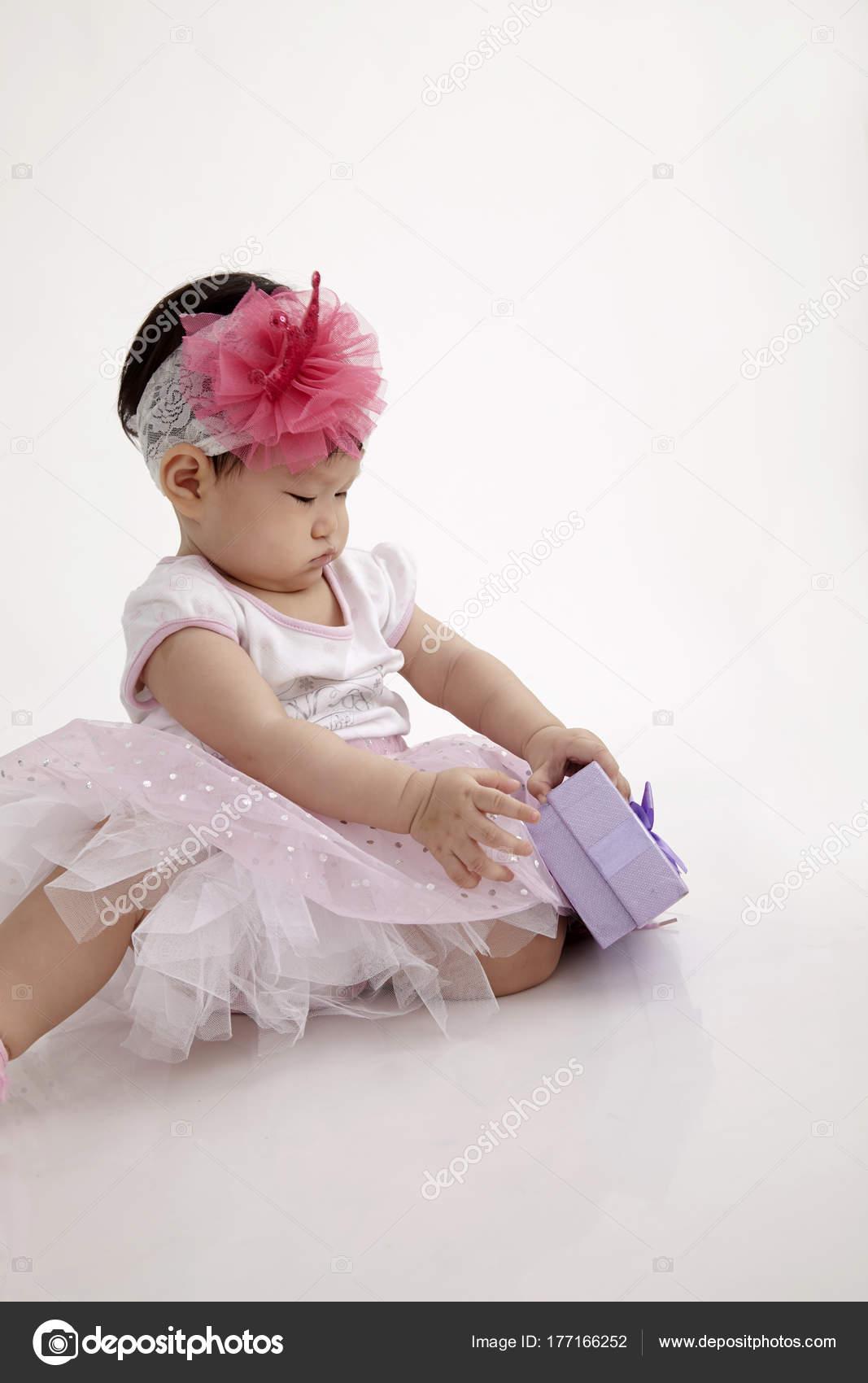 Chinesische Baby Mit Partykleid Lila Geschenkbox — Stockfoto ...