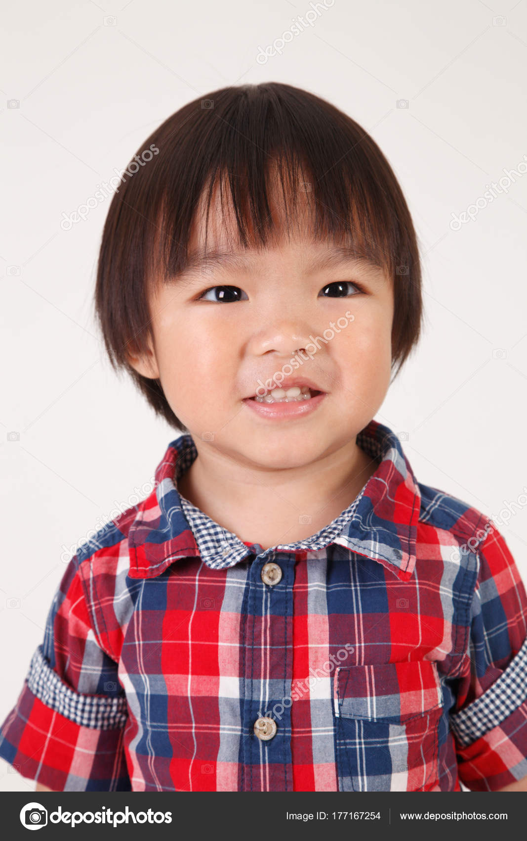 スタジオでポーズをとるかわいい中国男の子の肖像画 — ストック写真