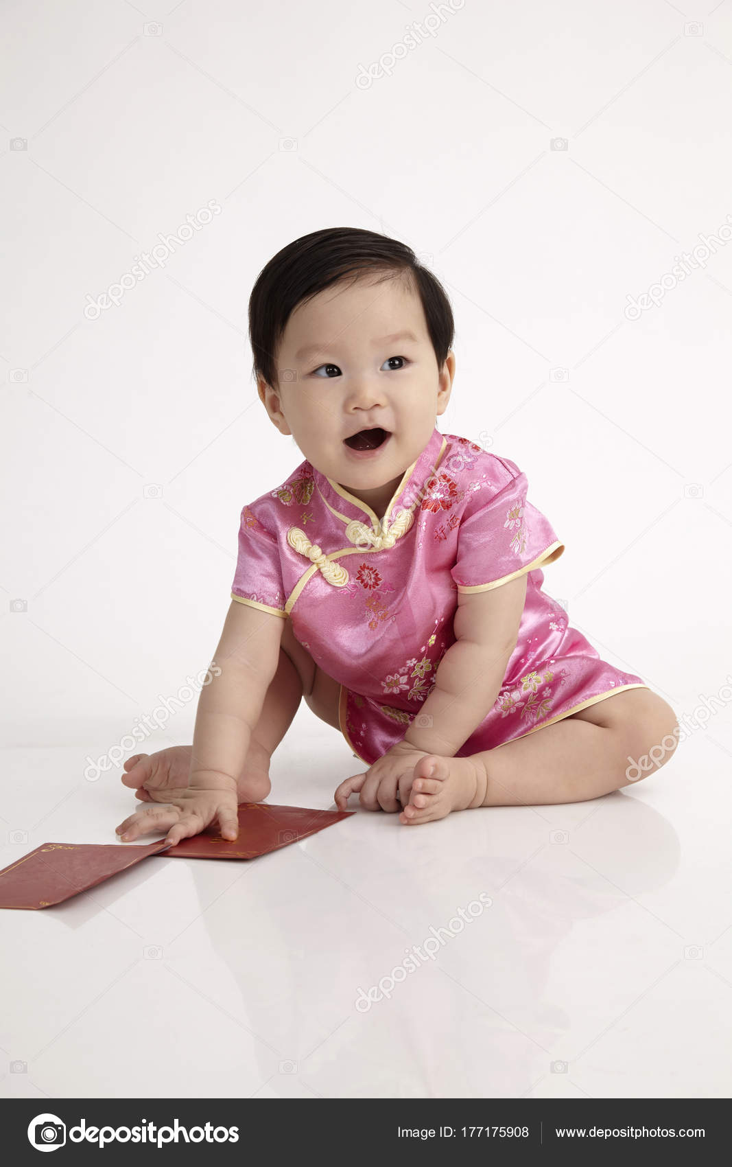 Bebé Chino Cheongsam Vestido Posando Estudio — Foto de stock ...