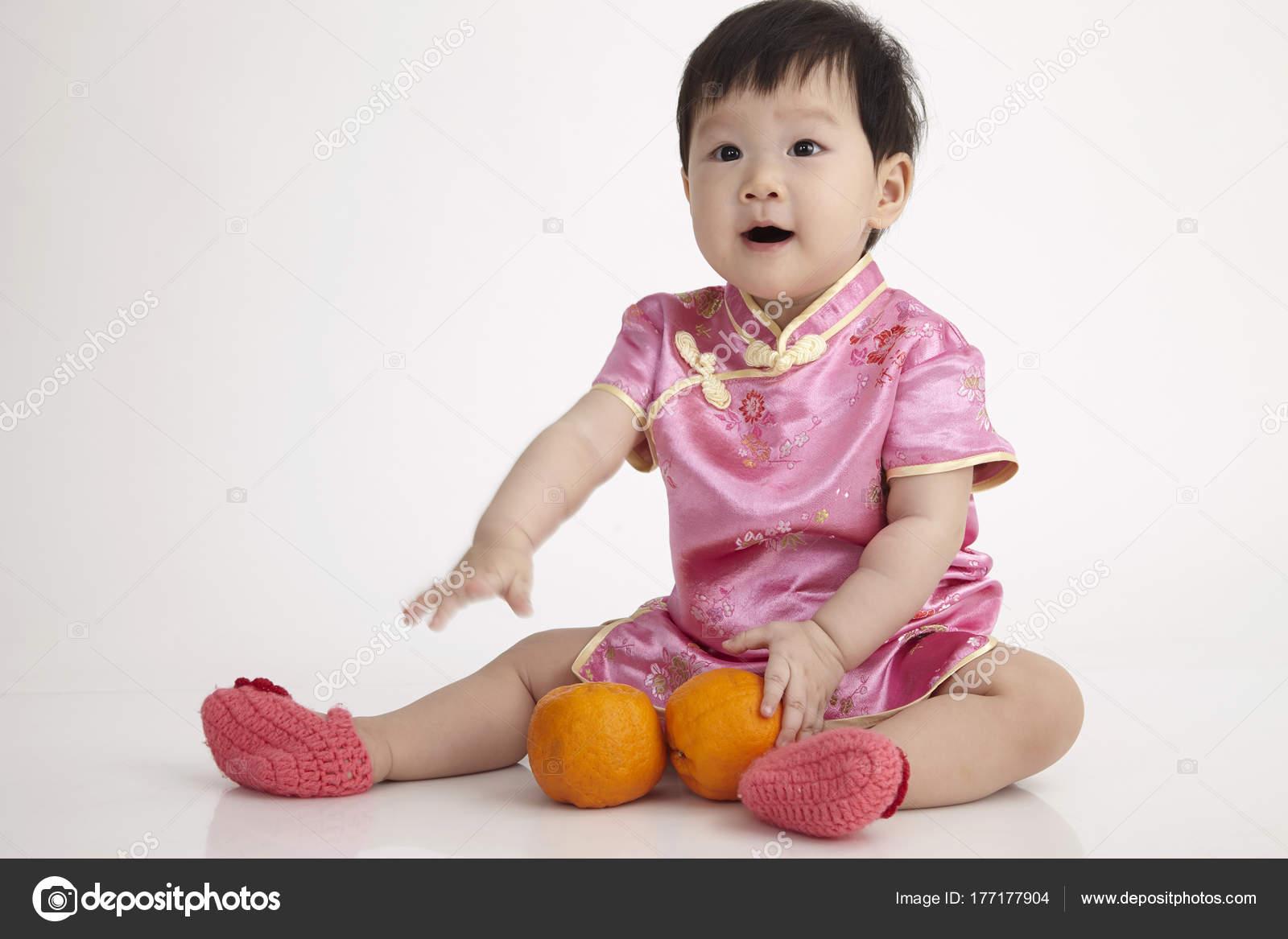 Bebé Chino Con Cheomgsam Con Una Mandarina Naranja — Foto de stock ...