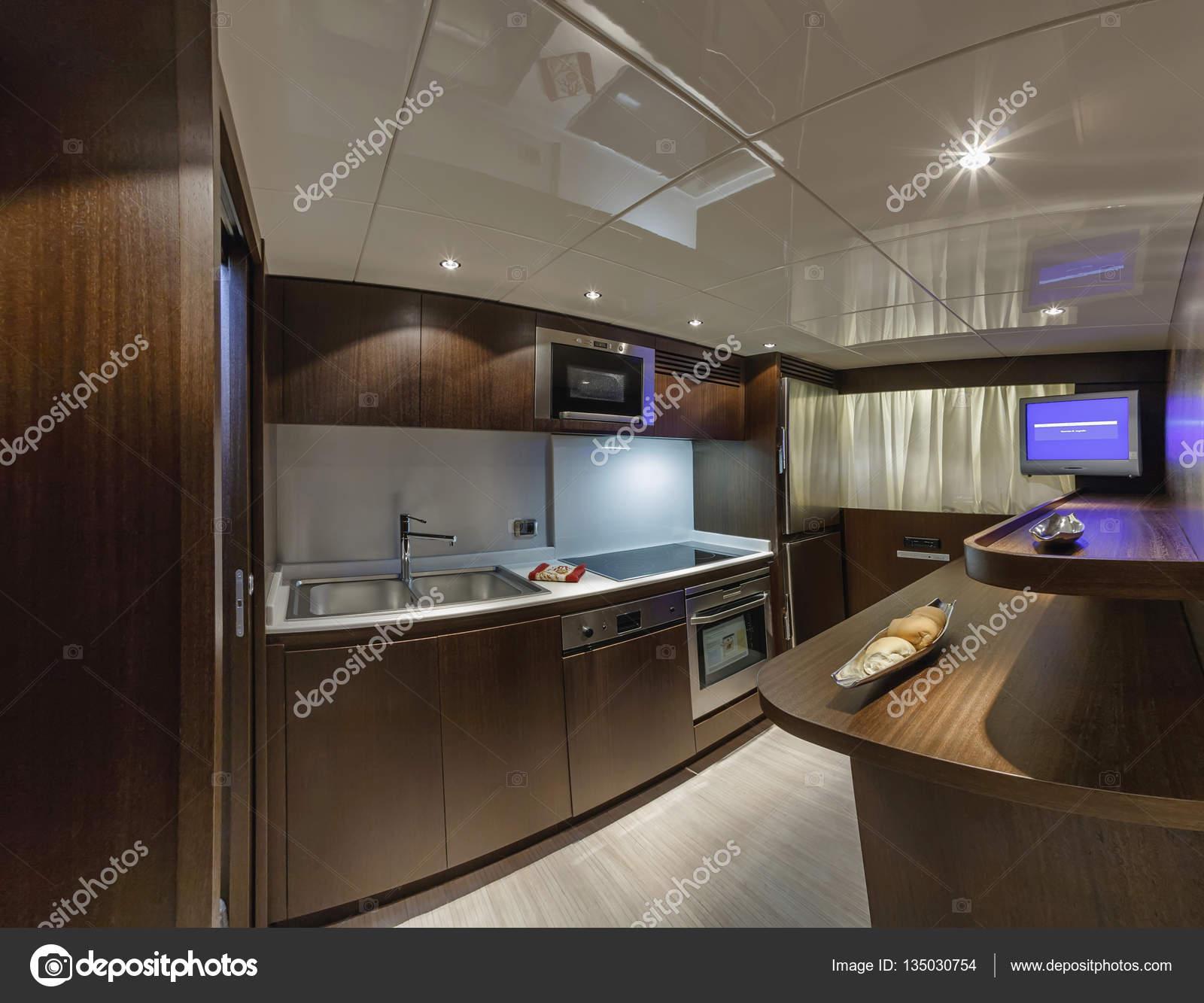 Italia, Viareggio (Versilia), 100\' yacht di lusso, cucina — Foto ...