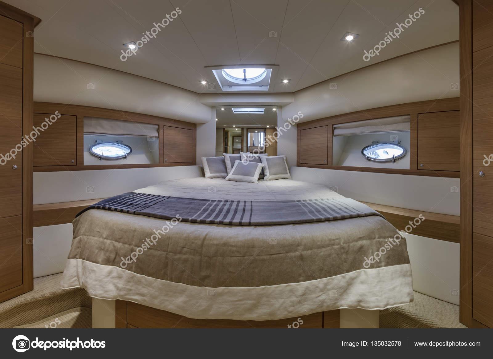 Yacht di lusso Italia, Napoli, camera da letto VIP — Foto Stock ...