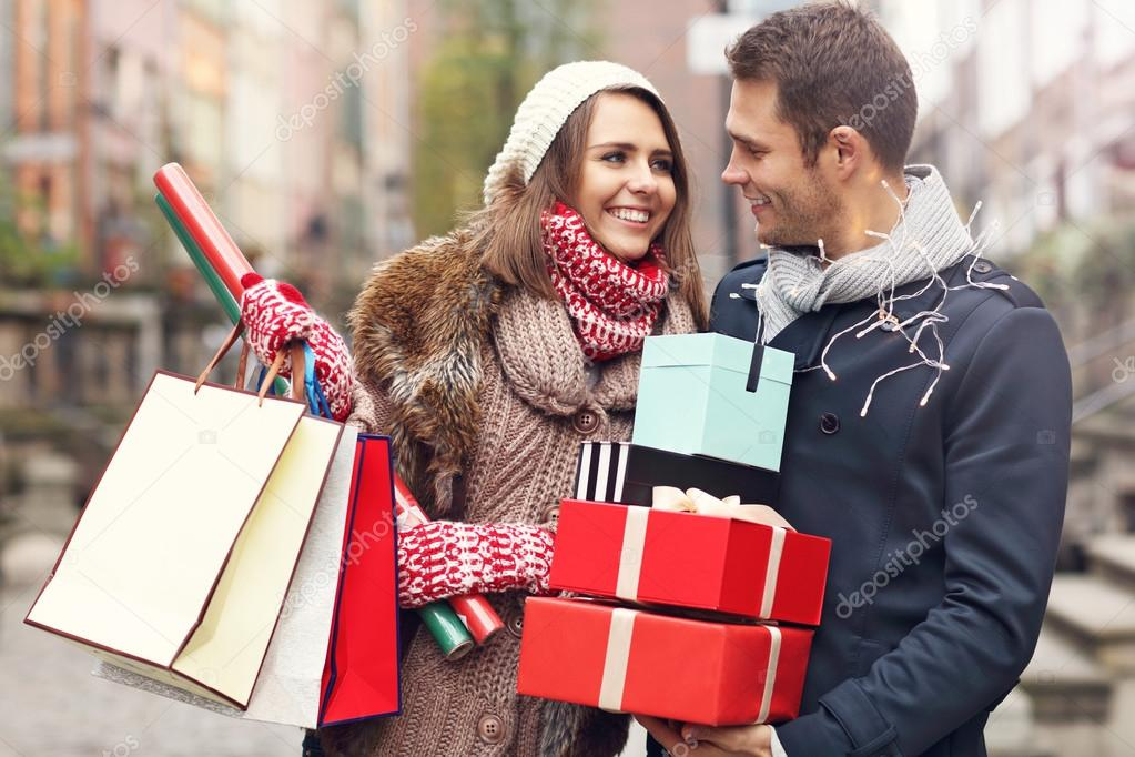 Happy couple shopping for Christmas — Stock Photo