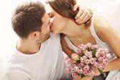 Člověk dávat květiny a prezentovat žena