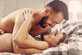 Sexy giovani amanti essere intime in base