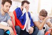 Fényképek Boldog férfi meg ujjongott, és néz Sport TV-n