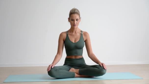 4k Krásná žena cvičit jógu doma