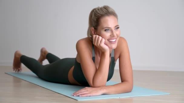 4k Krásná žena odpočívá po cvičení