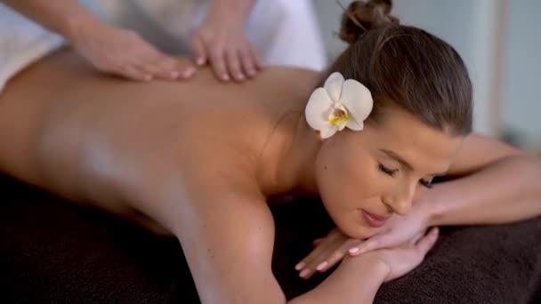 Nő élvezi a testmasszázs spa klubban