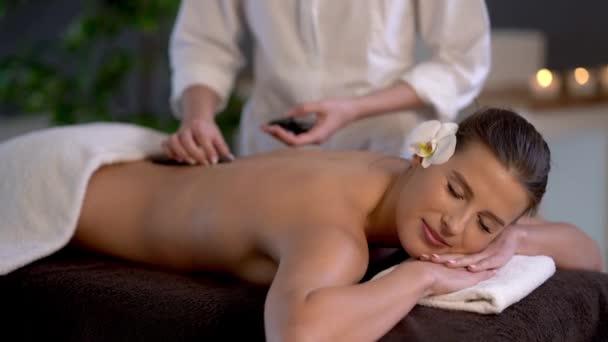 Žena si užívá masáž v lázeňském klubu