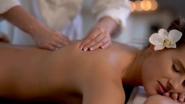 Frau genießt Körpermassage im Wellness-Club