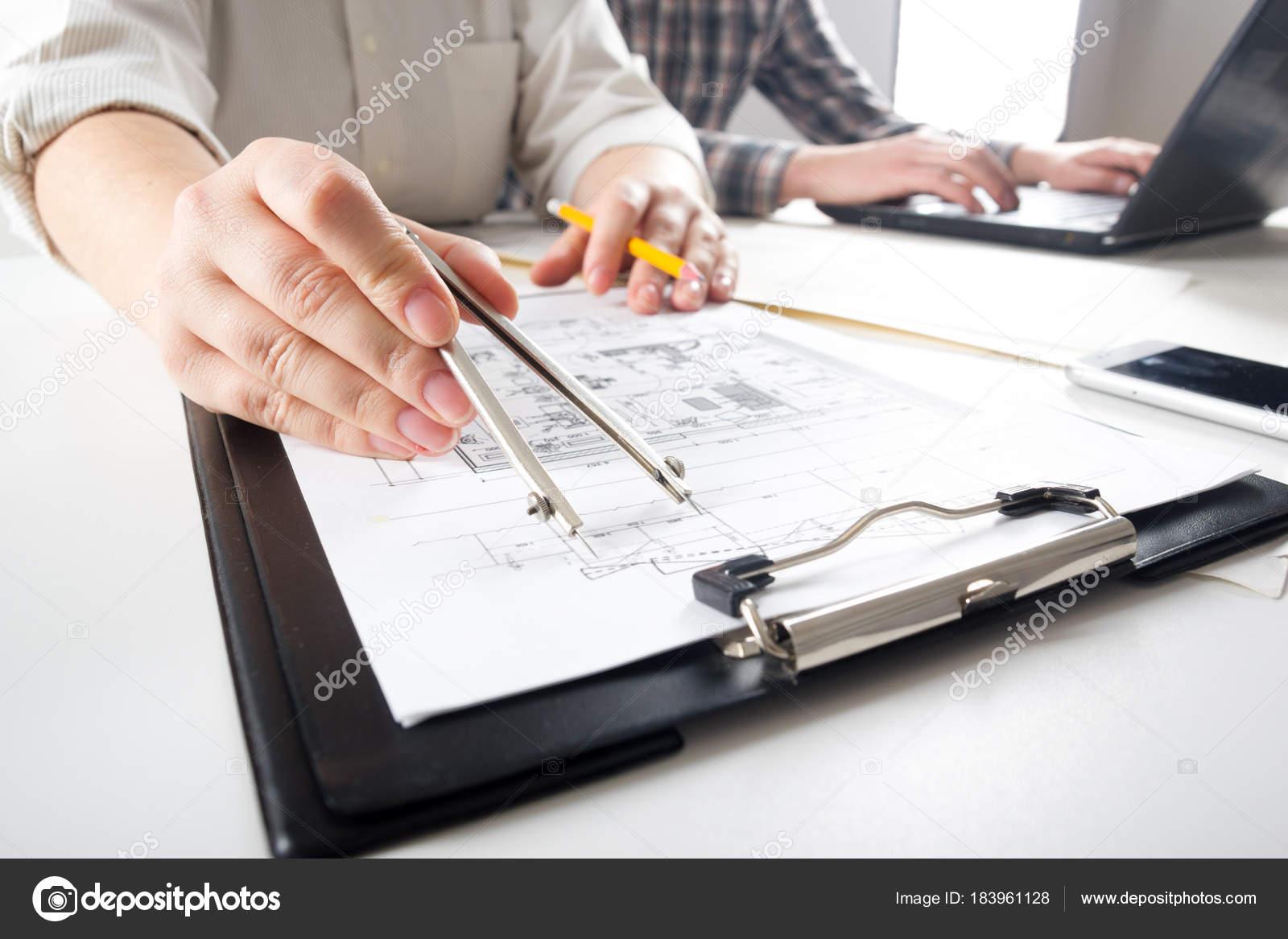 Архитектор работает над планом. Архитекторы рабочем месте.