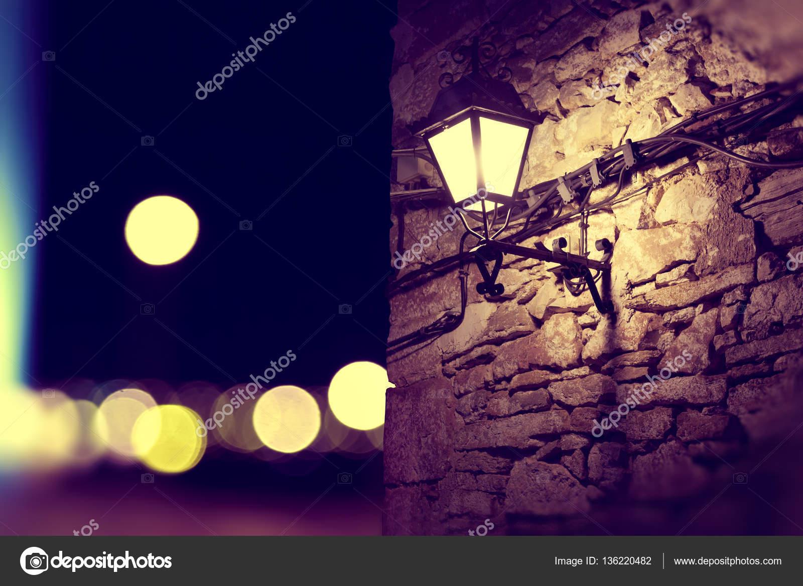 Luces De La Ciudad Y Poste De Luz En El Paisaje Nocturno Foto De