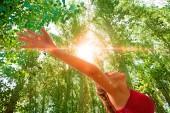 Žena s otevřenou náručí v přírodě