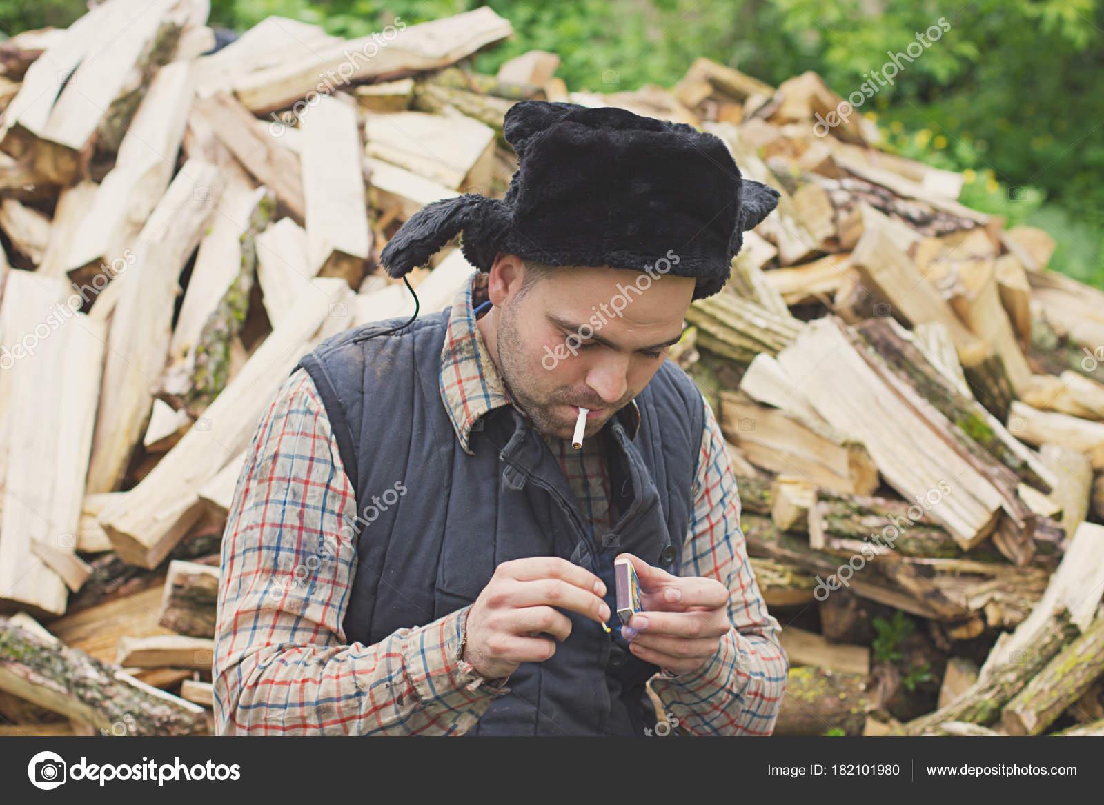 Leñador Sombrero Con Hacha Contra Fondo Leña — Fotos de Stock ... a7e9a750e59