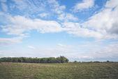 Modrá obloha nad krajinou prérie