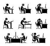 Zaměstnanci pracující s počítačem a notebookem v kanceláři.
