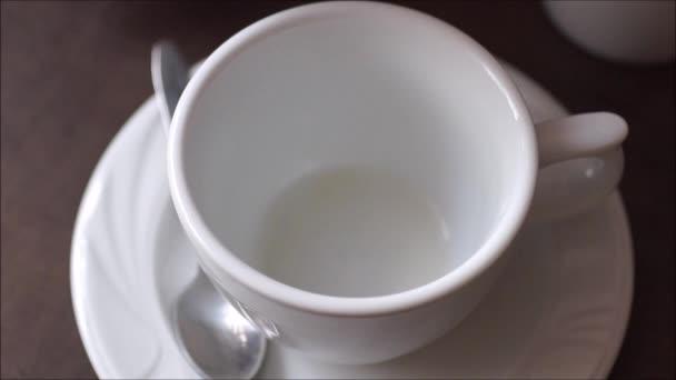 Naléval kávu do šálku