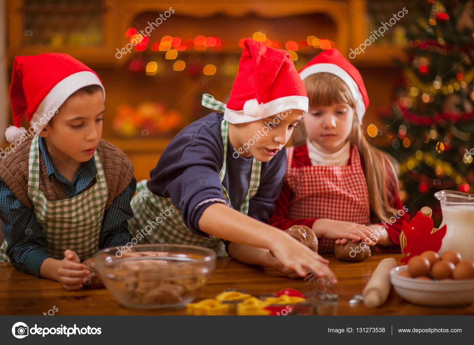 Lindo niño y una niña preparando galletas de Navidad en casa — Foto ...