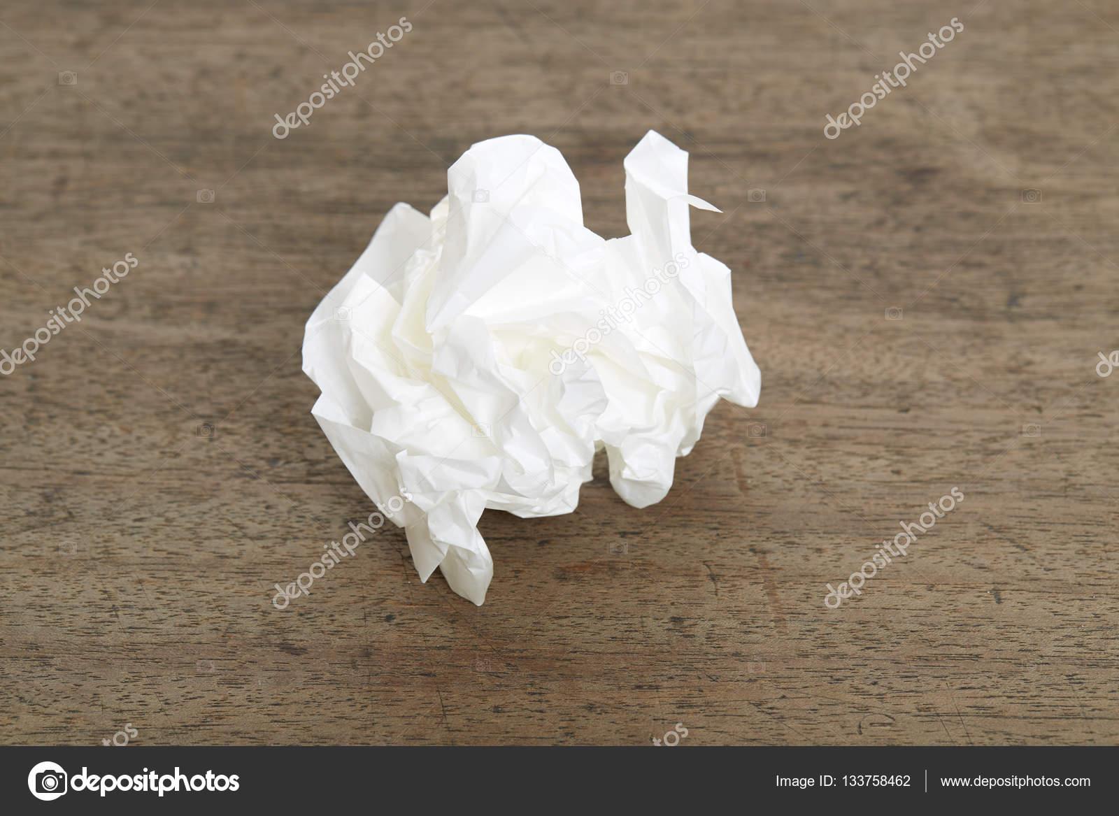 Boule papier blanc déformation sur vieux bois bureau u2014 photographie