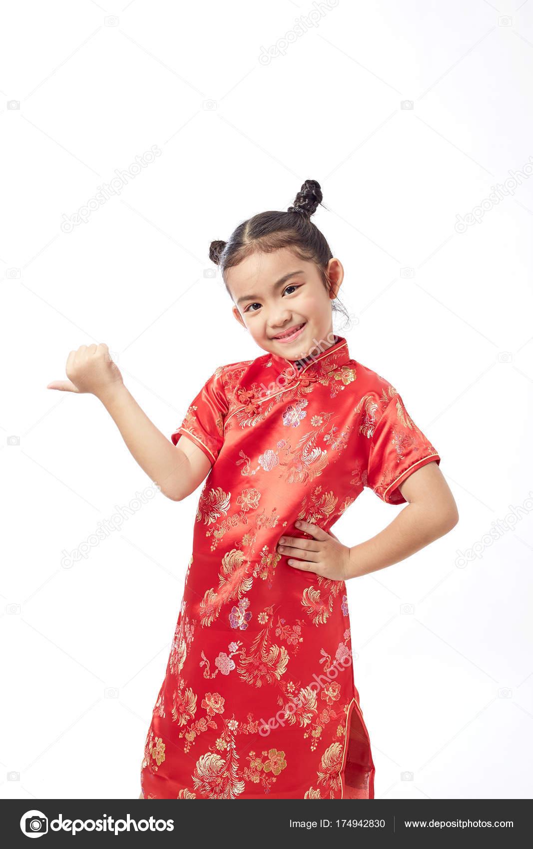 e24c81327233 Söt Kinesisk Flicka Klänningar Välkommen Kinesiska Nyåret — Stockfoto