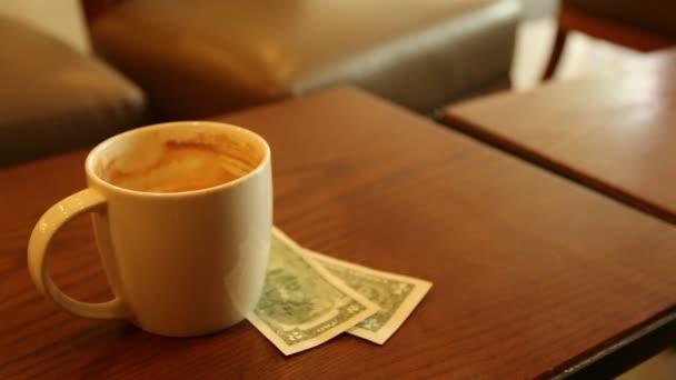 Káva noviny peníze obchodní koncept ráno