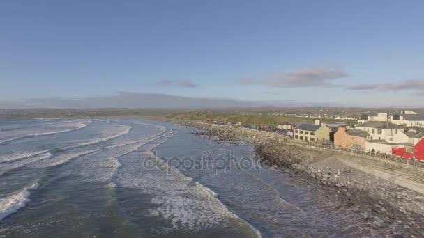 Légifelvételek lahinch Beach county clare, Írország. Lahinch vagy lehinch, west coast ír híres surfing beach, vadon élő atlanti úton. epikus festői táj, county Clare. lapos videóinak