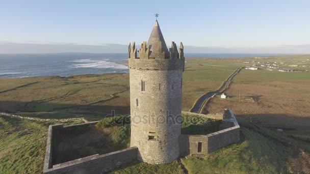 Epikus festői ír kastély tájkép a Doolin County Clare. Út a vadon élő atlanti Írország híres turistalátványosság. Aran-szigetek és a tengerparti strand a távolban. Lapos videók profilja