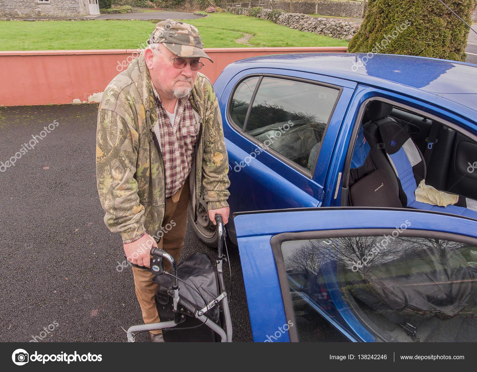 Tercera edad senior de hombre macho caminando al coche con ...