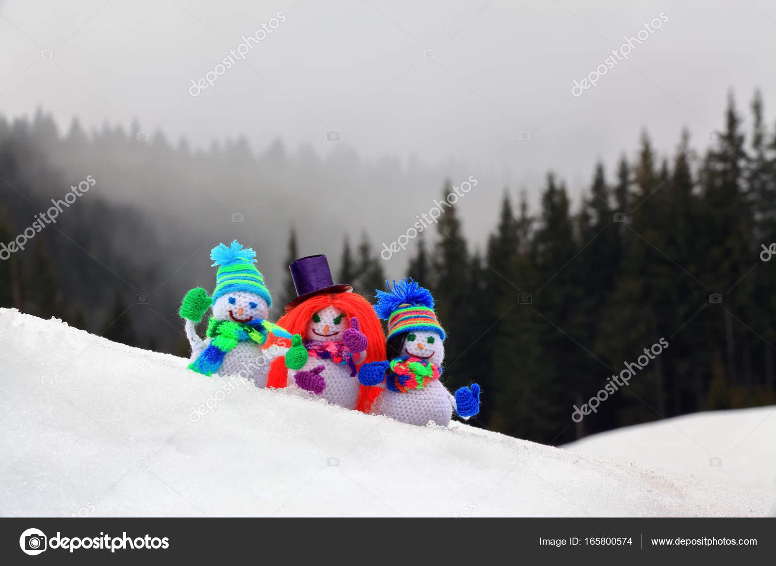 Drie Grappig Klein Gebreid Met Een Haak Haak Sneeuwmannen Gekleed