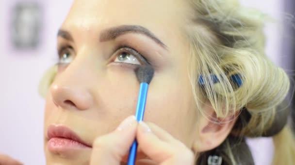 Profesionální oční make-up kouřové oči na modely dívka