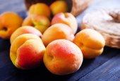 Fotografie frische Pfirsiche auf Holztisch